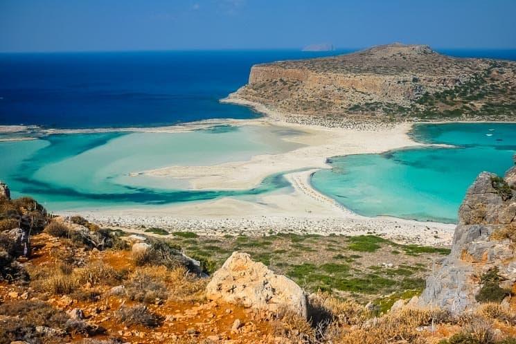 Pohled na Balos i ostrov Tigani z vyhlídky.