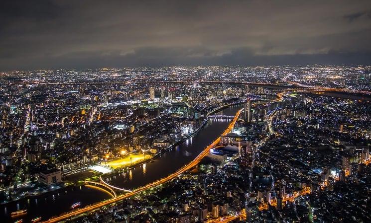 Výhled na noční Tokio z věže Skytree