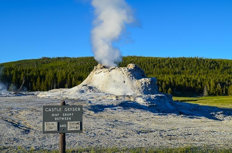Castle gejzír najdete v oblasti Upper Geyser Basin u Old Faithful