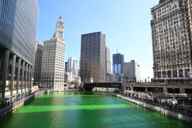 Řeka v Chicagu obarvená na zeleno - Den svatého Patrika