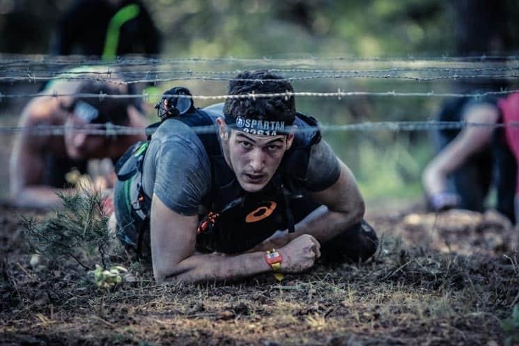 Na ostnatý drát se v závodě Spartan Race určitě můžete těšit!