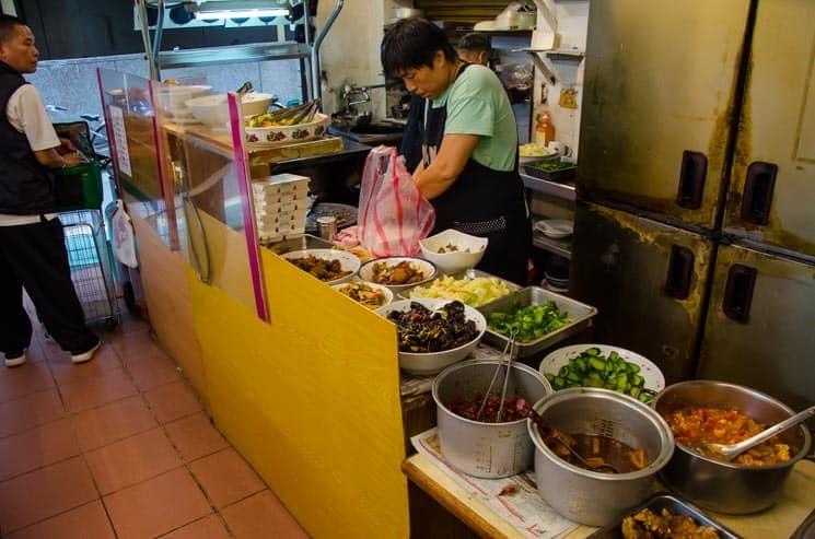 Jedna z pouličních restaurací v Taipei