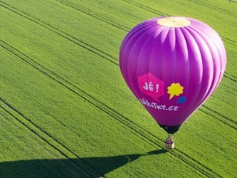 let balónem jako dárek pro tchýni a tchána