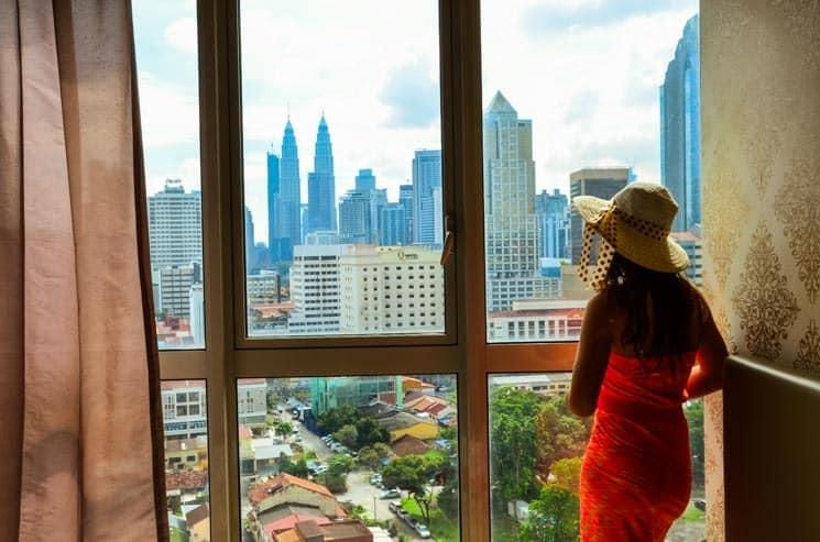 Výhled na Kuala Lumpur z hotelového pokoje OYO Home