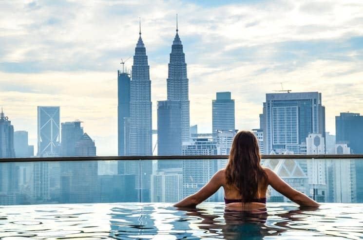 Kuala Lumpur je známý pro své střešní bazény tzv. infinity pools