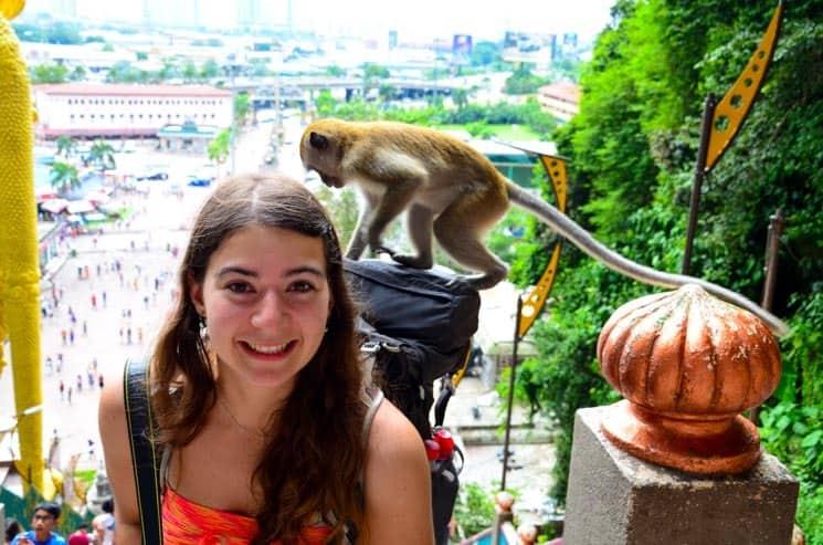Batu Caves - Pozor na opice, s touhle jsme se chtěla vyfotit v momentě, kdy ještě seděla na vedlejším sloupku.