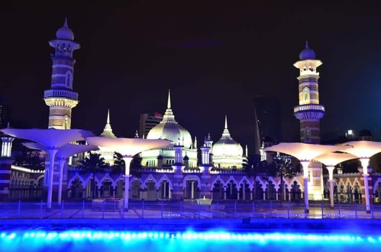 U mešity Masjid Jamek můžete rovněž pozorovat vodní show osvětlené fontány.