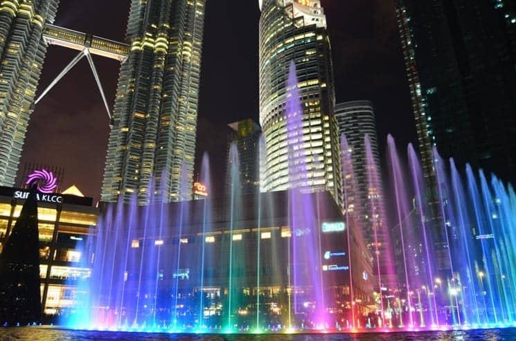 Světelná a hudební show v podání fontány před Suria KLCC