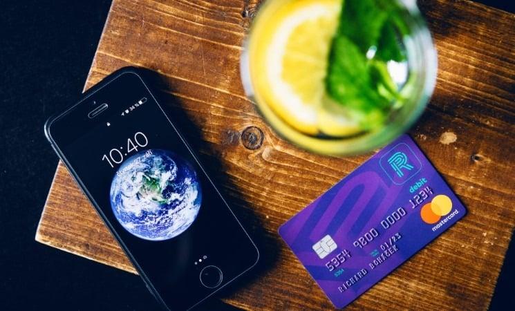 Richee účet recenze - mobil a platební karta