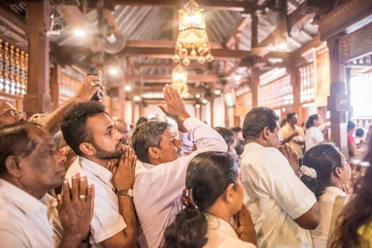 Lidé modlící se v chrámu Buddhova zubu v Kandy , Srí Lanka