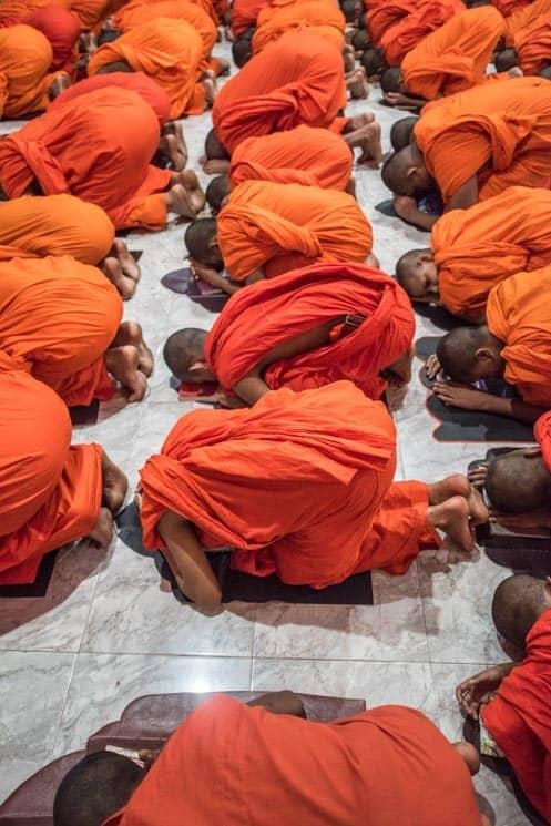 Modlící se mniši v Kandy , Srí Lanka