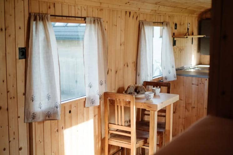 Interiér maringotky - Glamping Česko