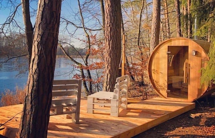 Cedrová finská sauna na břehu rybníka