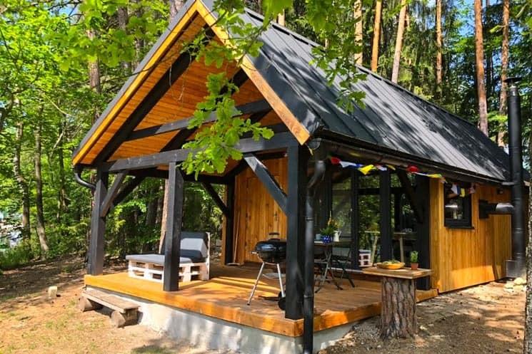 Chata s finskou saunou na břehu rybníka