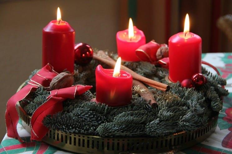 Adventní věnec patří mezi české vánoční tradice a zvyky