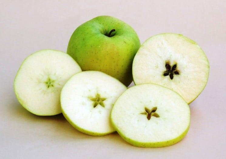 Rozkrajování jablíček je další český vánoční zvyk